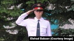 Елшад Бабаевтың ресейлік полиция лейтенанты кезіндегі суреті.