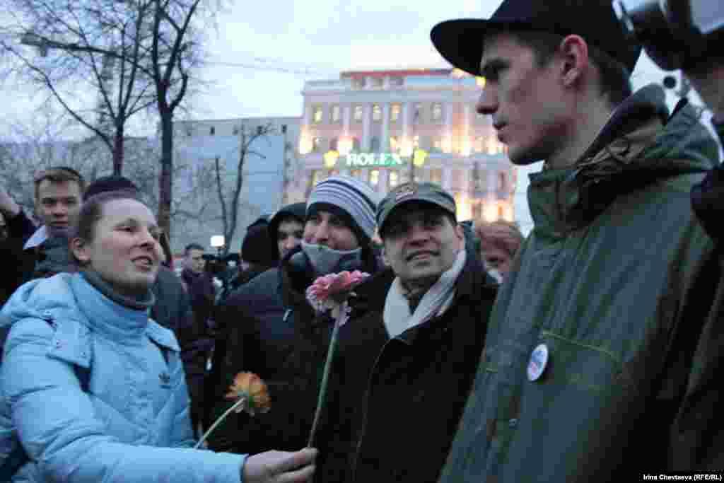 """Активисты движения """"Наши"""" дарили всем герберы"""