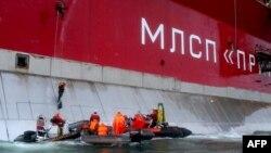 Активісти Greenpeace висаджуються на нафтову платформу «Газпрому»