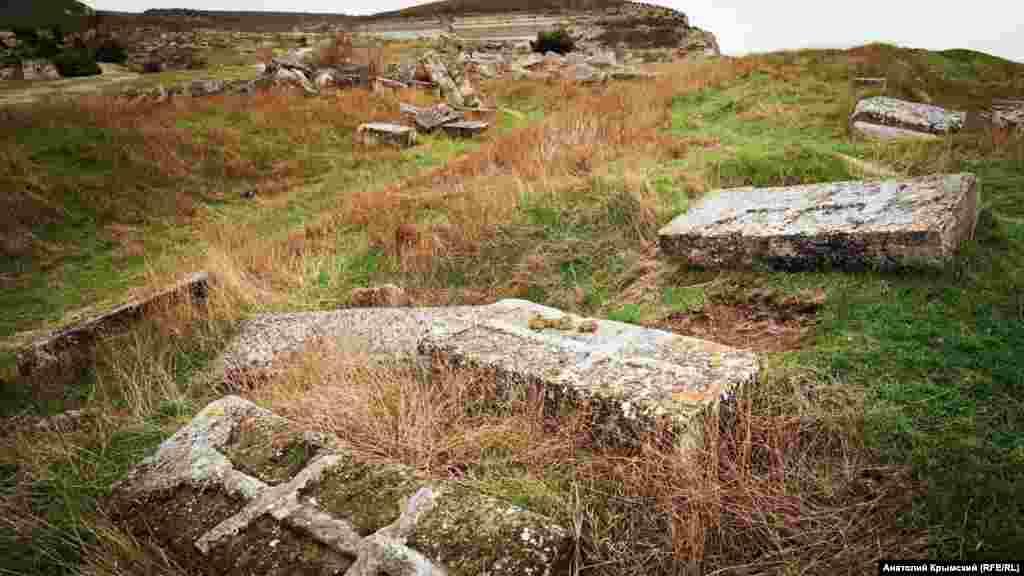 Старые надгробия на территории крепости