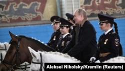 Президент России Владимир Путин с сотрудницами конной полиции. Москва, 7 марта 2019 года.
