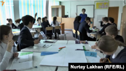 Талғар ауданындағы үш тілді мектепте ағылшын тілінде өтіп жатқан математика сабағы. Алматы облысы, 16 наурыз 2016 жыл. Видеодан алынған скриншот.