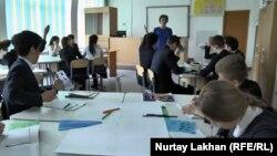Урок в школе, где обучение ведется на трех языках — русском, казахском и английском. Алматинская область, 16 марта 2016 года.