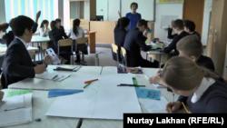 Урок математики на английском языке в трехъязычной школе в Талгарском районе. Алматинская область, 16 марта 2016 года.