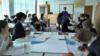 Орта мектепте ағылшын тілінде өтіп жатқан математика сабағы. Алматы облысы, 16 наурыз 2016 жыл. (Видеодан скриншот.)