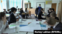 Талғар ауданындағы үш тілді мектептегі ағылшын тілінде өтіп жатқан математика сабағы. Алматы облысы, 16 наурыз 2016 жыл. Видеодан алынған скриншот.