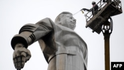 A Moscow municipal worker washes the upper part of the 70-meter-high monument to cosmonaut Yury Gagarin on Gagarin Square. (file photo)