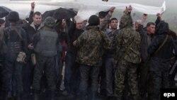 Сепаратисты в Краматорске пытаются помешать войскам въехать в город, 2 мая 2014 года