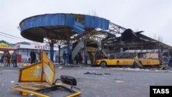 Разрушенные в результате попадания снаряда павильоны на автостанции в Донецке