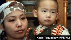 Дочь Базарбая Кенжебаева - Асем Кенжебаева со своим сыном Ануаром. Село Кызылсай Мангистауской области, 14 февраля 2012 года.