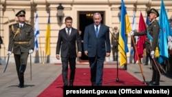 Президент Украины Владимир Зеленский (слева) и Биньямин Нетаньяху идут по красной ковровой дорожке на встрече в Киеве, 19 августа 2019 года.