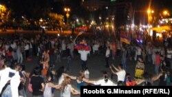 Участники протестов в центре Еревана танцуют в ночное время. 24 июня 2015 года.