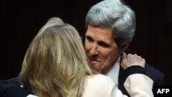АКШ Мамкатчылыгына көрсөтүлгөн Жон Керриге Сенаттын профилдик комитетиндеги угуу алдында азыркы мамкатчы Хиллари Клинтон колдоосун билдирди. 25-январь 2013