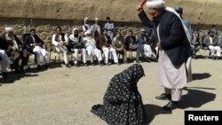 Një gjyqtar afgan duke e rrahur një grua para masës së njerëzve në provincën Ghor