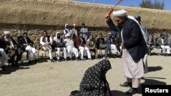 Ілюстраційне фото: публічне побиття жінки в Афганістані (провінція Гор) за звинуваченням у перелюбстві, 2015 рік