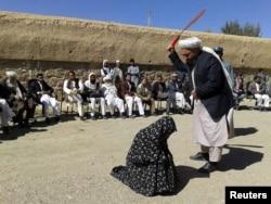 Žena proglašena krivom za preljubu dobija 100 udaraca bičem pred okupljenima u provinciji Gor 2015.