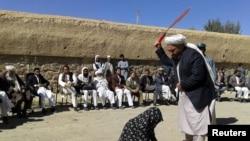 """""""Зина жасаған"""" деп айыпталған әйелге дүре соғу. Гор аймағы, Ауғанстан, 31 тамыз 2015 жыл."""