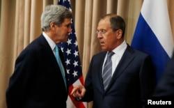 Державний секретар США Джон Керрі (ліворуч) розмовляє з міністром закордонних справ Росії Сергієм Лавровим на початку двосторонньої зустрічі, щоб обговорити поточну ситуацію в Україні. Женева, квітень 2014 року