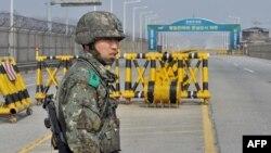 Южнокорейский солдат на дороге, соединяющей Южую и Северную Кореи в районе КПП Паджу, 3 апреля 2013 года.