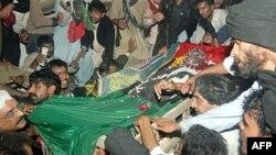 Семья Беназир Бхутто у гроба покойной