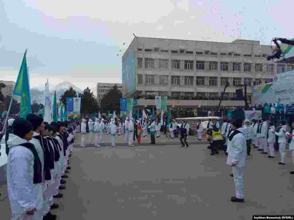 28-ші қысқы универсиада алауын Алматы әкімі Бауыржан Байбекке тапсыру сәті