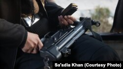 Глок-5 в руках женщины-боевика (архивное фото)