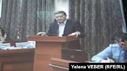 Бывший премьер-министр Серик Ахметов выступает в суде. Караганда, 25 ноября 2015 года.