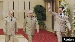 Сурия президенти Башар ал-Ассад янги тайинланган Мудофаа вазири ва бош қўмондонлик раҳбари билан бирга.