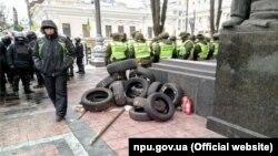 Протестувальники принесли до будівлі Верховної Ради України шини, 27 лютого 2018 року (фото поліції)