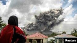 Извержение вулкана Синабунг на индонезийском острове Суматра (8 октября 2014 года)