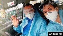 """""""Когато ни пуснаха да си ходим вкъщи, трябваше да излезем с костюми"""". Д-р Таха и д-р Хабилов си тръгват от изолатора със собствената си кола"""