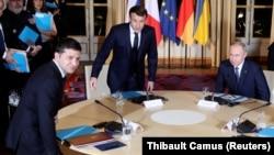 Президенты Украины, Франции и России усаживаются за круглый стол