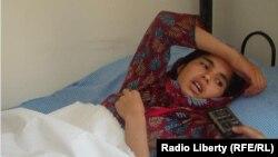 Жаралаған Гүлсика төсек тартып жатыр. Ауғанстан, Кабул, 10 маусым 2012 жыл.