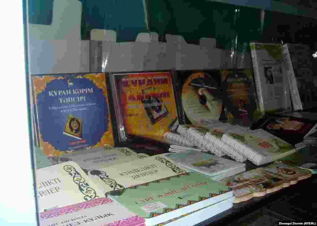 """Религиозная литература в Актобе будет продаваться в восьми магазинах. В каждом районном центре будет работать один утвержденный местным акиматом магазин. На фото: Полки с религиозной литературой в магазине """"Муслима"""" в Актобе."""