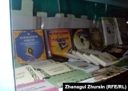 """Полки с религиозной литературой в магазине """"Муслима"""" в Актобе."""