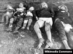 Sovet əsgərlərinin öldürdüyü iki alman qadını və üç uşağın meyiti. ABŞ-ın Konqres Kitabxasından foto. Qadınların zorlandığı əlamətləri aşkardır.