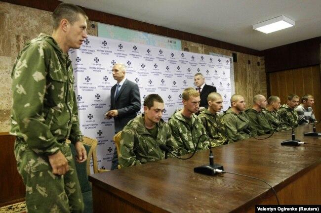 Десантники Росії, яких затримали в Україні на Донбасі в зоні бойових дій. Київ, 27 серпня 2014 року