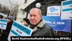 Ильми Умеров возле посольства России в Киеве во время акции в защиту похищенных в Крыму, 27 декабря 2018 года