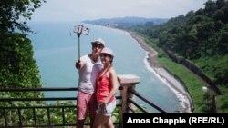 ტურისტები ბათუმის ბოტანიკურ ბაღში