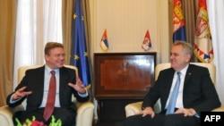 Serbian President Tomislav Nikolic (right) and EU Enlargement Commissioner Stefan Fuele in Belgrade