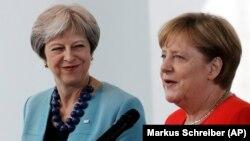 Kryeministrja britanike, Theresa May (majtas) dhe kancelarja gjermane, Angela Merkel.