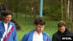 Алексей Смертин (слева) и Егор Титов (в центре) настроены вполне серьзно. Фото автора