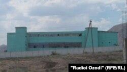 Тюрьма на окраине города Худжанда.