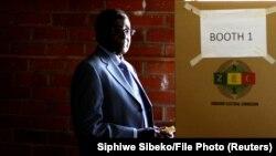 رابرت موگابه در حال رأیدهی در انتخابات سال ۲۰۱۳ زیمبابوه