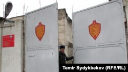 Ворота тюрьмы в Бишкеке.