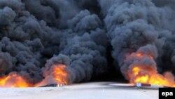 نيران ودخان يتصاعد من خزان كبير للوقود بعد قصفه في ليبيا