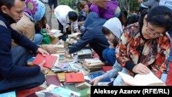 Посетители книжного фестиваля в Алматы. Иллюстративное фото.
