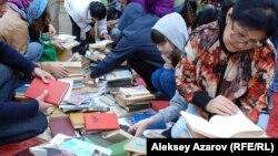 Кітап қарап отырған Алматы тұрғындары. 5 қыркүйек 2015 жыл. (Көрнекі сурет)