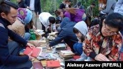 Екінші «Кітапфест» фестиваліне келгендер кітап алмасу бұрышында. Алматы, 5 қыркүйек 2015 жыл.