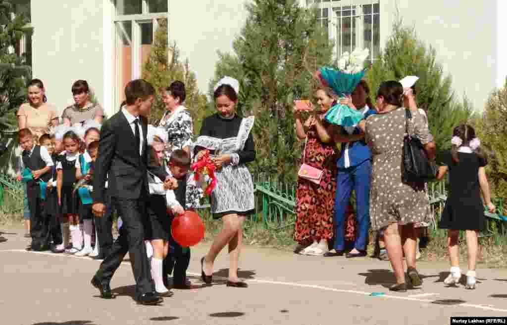 Мектептегі алғашқы қоңырауға келген оқушылар. Талғар ауданы, Алматы облысы. 1 қыркүйек 2014 жыл.